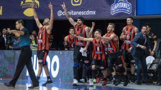 Jugadores de Soles celebran la victoria frente a Capitanes