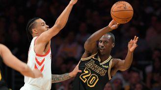 Ingram manda un pase en el juego frente a los Rockets