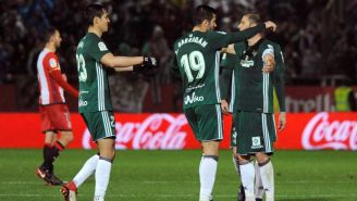 Loren Morón celebra junto con sus compañeros anotación frente al Girona