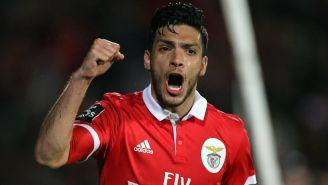 Raúl Jiménez celebra su anotación con el Benfica