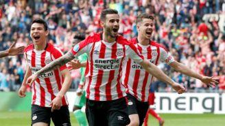 Jugadores del PSV festeja gol contra Ajax
