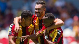 Futbolistas de Leones Negros festejan una anotación