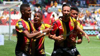 Jesús Vázquez festeja un gol con Leones Negros