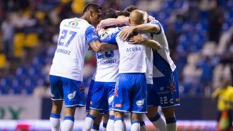 Jugadores del Puebla celebran gol con el Cuauhtémoc