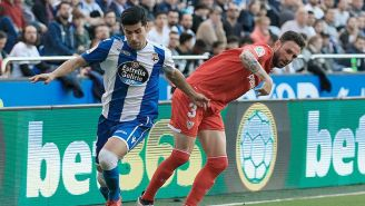 Miguel Layún pelea por el balón en el juego contra el Depor