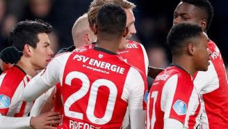 Jugadores del PSV se abrazan tras un gol