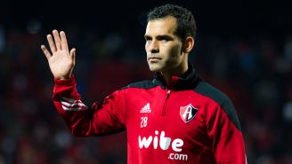 Márquez saluda a la gente en un partido