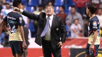 Piojo da indicaciones en el juego contra Puebla
