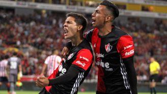 Edyairth Ortega festeja con Ulises Cardona tras abrir el marcador contra Chivas