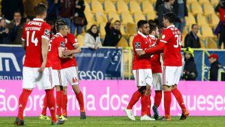 Benfica en festejo tras anotar frente al Estoril