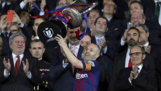 Andrés Iniesta levantando el trofeo de la Copa del Rey