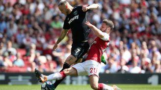 Arnautovic intenta un remate a la portería del Arsenal