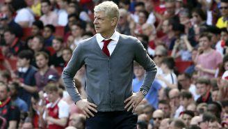Arsene Wenger observa el duelo entre Arseal y West Ham