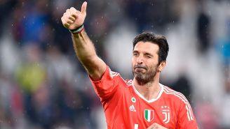 Gianlugi Buffon saluda a la afición tras un juego con Juventus