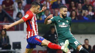 Vitolo pelea por recuperar el balón frente al Betis