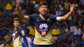 Oribe Peralta reclama a sus compañeros durante el juego contra Puebla