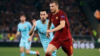 Dzeko disputa un balón contra el Barça en Champions