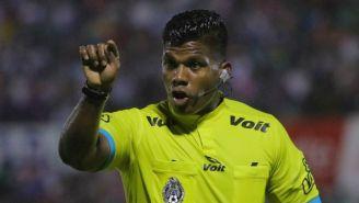 Árbitro Adalid Maganda, en el juego entre Cafetaleros y León en Copa MX