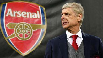 Wenger posa justo frente al logo del Arsenal en Emirates Stadium