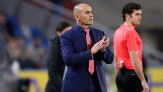 Paco Jémez aplaude durante un encuentro de Las Palmas