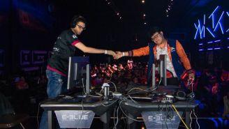 MKLeo (der.), dándole la mano a Nairo tras vencerlo en un set