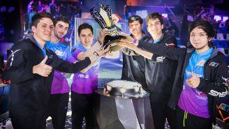 Los jugadores de Rainbow7, posando con la copa de la LLN