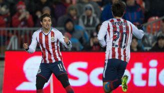 Brizuela celebra con Pizarro un tanto en Toronto