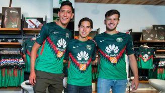 Álvarez, Lainez y Díaz posan con la nueva camiseta del América