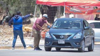 Revendedor ofrece boletos a un automovilista en las afueras del Akron
