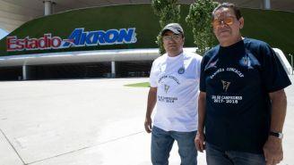 Aficionados de Chivas portando la playera de campeón