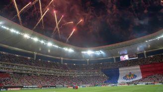 Fuegos artificiales antes del arranque del partido