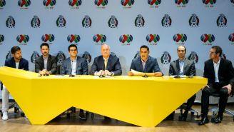 Jugadores e integrantes de la FMF durante el acuerdo