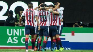 Jugadores de Chivas celebran una anotación contra Toronto