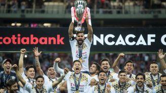 Jugadores de Chivas levantan el título de la Concachampions