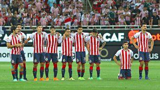Los jugadores de las Chivas, durante la tanda de penaltis contra Toronto
