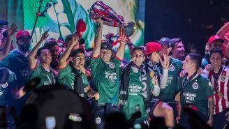 Almeyda celebra con sus jugadores el título de Concachampions