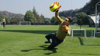 Alfredo Saldívar ataja un balón durante un entrenamiento de Pumas en la Cantera