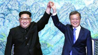 Kim Jong Un y Moon Jae-in posan tomados de la mano