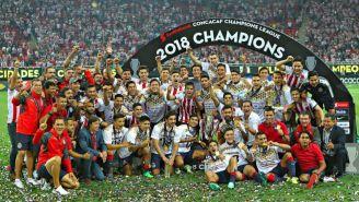 Chivas festeja tras conornarse en la Final de la Concachampions