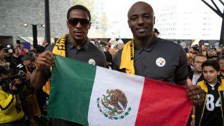 Santonio Holmes y Willie Parker posan con una bandera de México