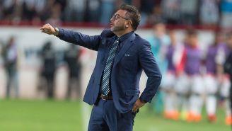 Antonio Mohamed da indicaciones durante un juego de Rayados