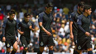 Jugadores de Chivas se lamentan en un juego del Clausura 2018
