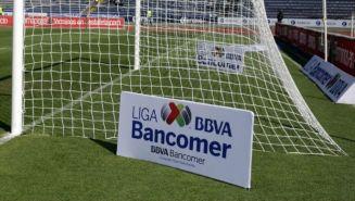 Logo de la Liga MX en la cancha del Estadio Olímpico de la BUAP