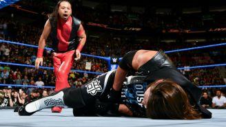 Shinsuke Nakamura después de foulear a AJ Styles