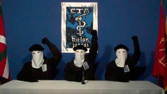Integrantes de ETA, durante la trasmisión de un mensaje