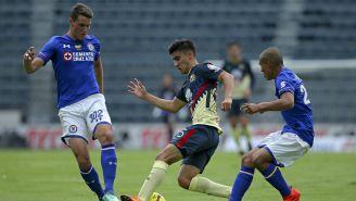 Santiago Giménez y Aldo Cruz pelean el balón en el Estadio Azul