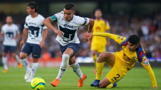 Pablo Barrera y Carlos Vargas disputan el balón en C.U