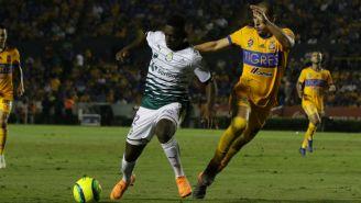 Edwin Cetre Angulo y Torres Nilo disputan el balón en los Cuartos de Final