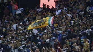 Aficionados de Pumas alientan en el Estadio Azteca