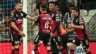 Jugadores de Tijuana festejan un tanto contra Rayados